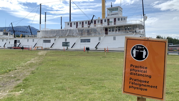 ユーコン準州の観光スポットSSクロンダイク号の前で撮影した写真