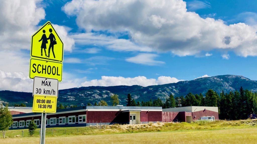 スクールゾーンの案内板 学校の正面